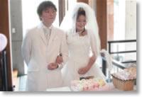 お二人の婚約の証人として、ゲストのお名前の入った一輪のお花を Anniversary ケースの中に入れて頂く、人前式だからこそのセレモニーです。